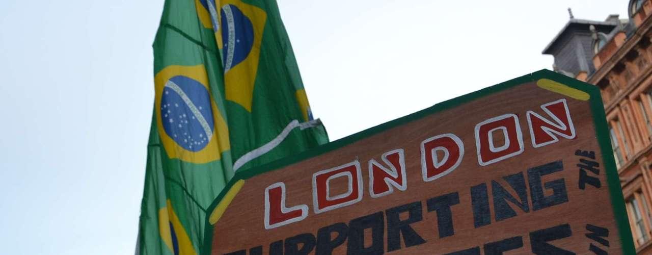 18 de Junho - De Londres, grupo mostrou seu apoio aos protestos no Brasil, que tiveram início após o aumento das tarifas de ônibus em São Paulo