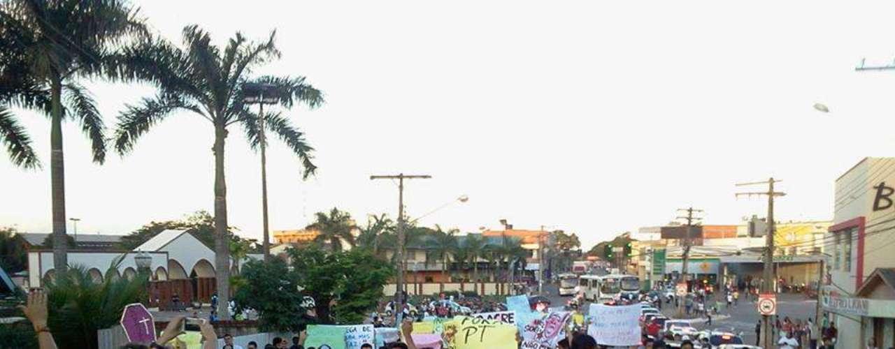 18 de junho - Ativistas vão às ruas de Rio Branco, no Acre, em apoio à série de manifestações pelo País