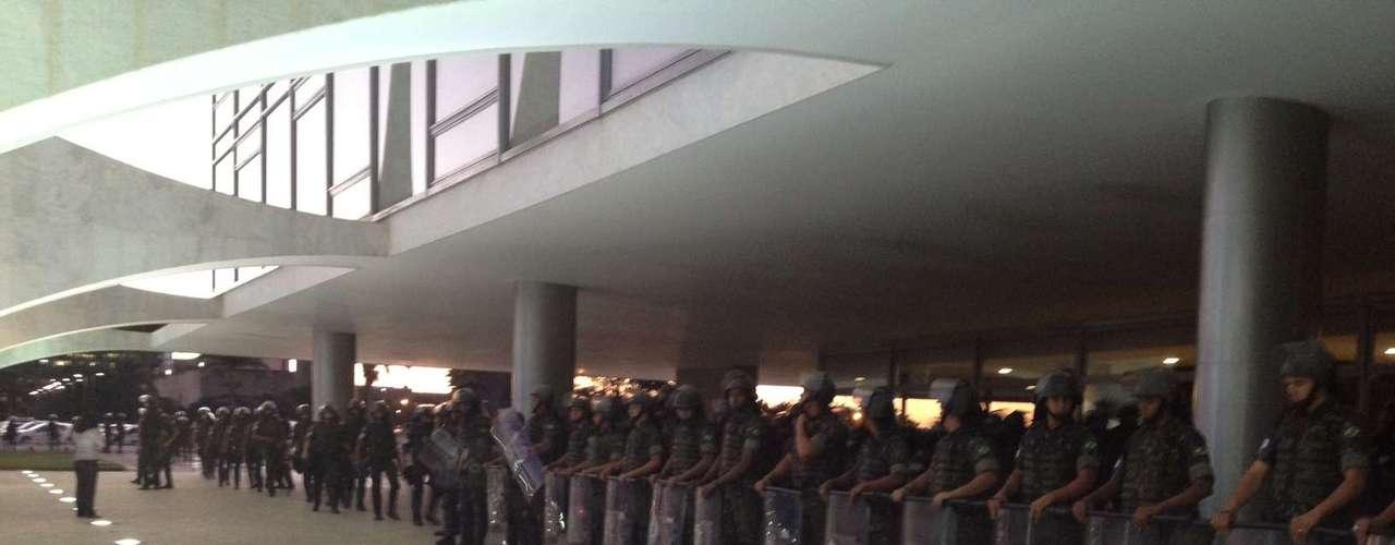 20 de junho A Tropa de Choque da Polícia Militar se posiciona em frente ao Palácio do Planalto, em Brasília