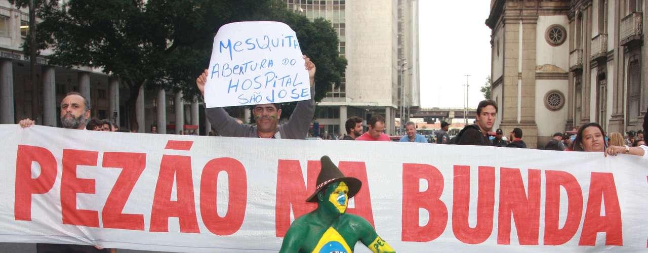 20 de junho Manifestantes fazem protesto nas ruas do Rio de Janeiro. Nos cartazes, os ativistas demonstravam indignação com a corrupção na política, com a falta de investimentos em educação e saúde, com o deputado pastor Marco Feliciano (PSC-RJ), com a PEC 37 - que quer tirar do Ministério Público seu poder de investigação -, entre outros assuntos