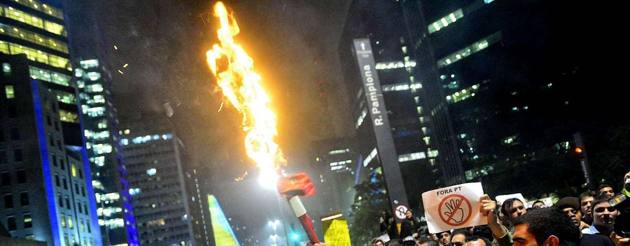 20 de junho Manifestantes entram em confronto após uma discussão motivada pela presença de bandeiras de partidos no protesto, em São Paulo. Pelo menos um homem saiu ferido, com o rosto coberto de sangue