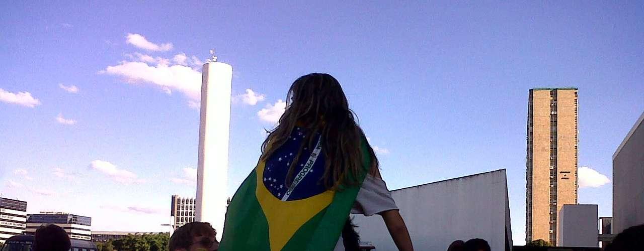 20 de junho Jovens levam cartazes para protesto em frente ao Congresso Nacional, em Brasília