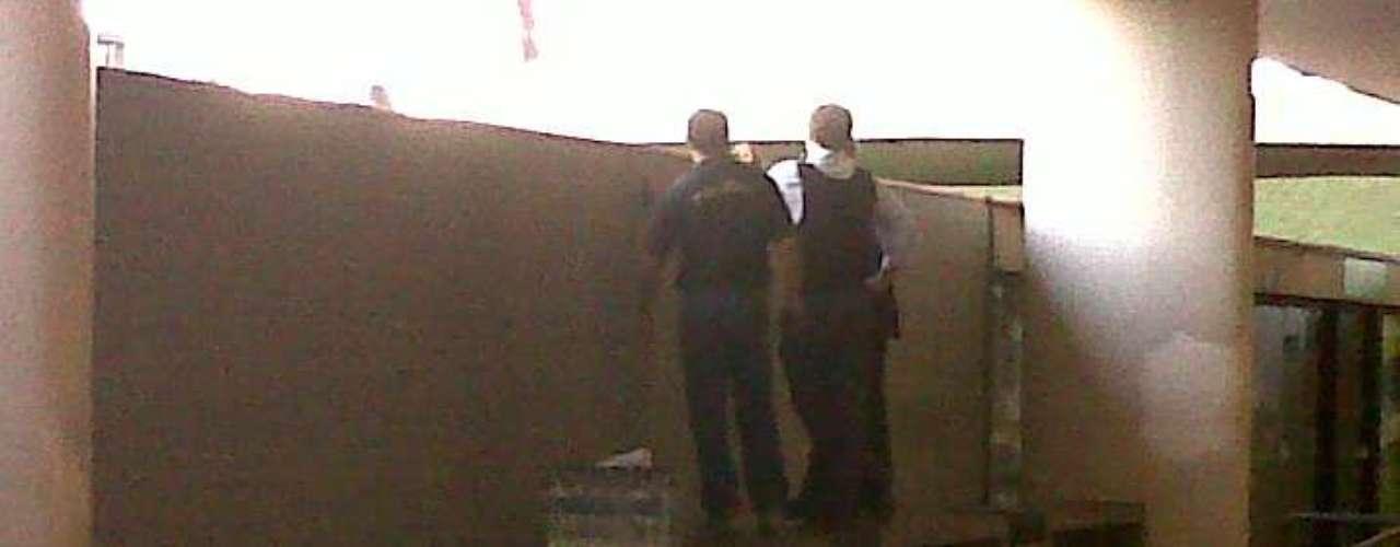 20 de junho Policiais legislativos na chapelaria do Congresso observam os manifestantes. Fardos de garrafas d'agua são para abastecer os colegas