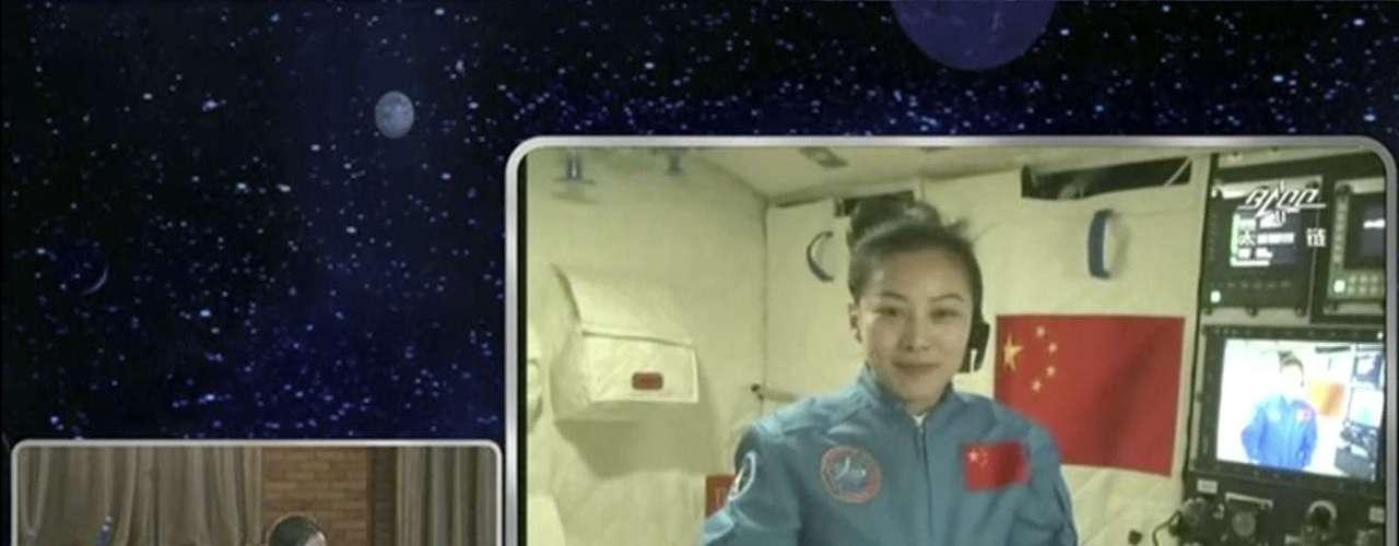 A astronauta chinesa Wang Yaping, 33 anos, deu uma aula de física a bordo da nave espacial Shenzhou X, que foi retransmitida ao vivo para 60 milhões de crianças do país asiático, na primeira vez que a China fez este tipo de atividade no espaço
