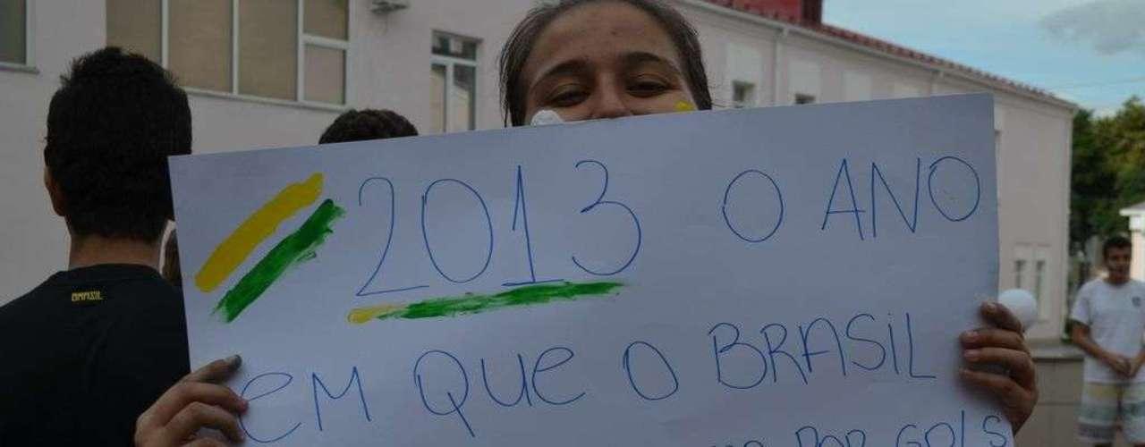 18 de junho - Com cartaz, manifestante chama a atenção para o momento vivido atualmente no Brasil