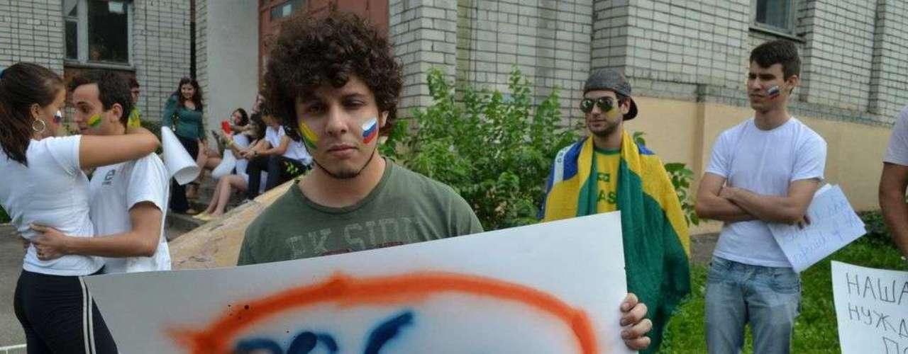 18 de junho - Jovem demonstra descontentamento com Proposta de Emenda à Constituição (PEC) 37; a medida, que retira o poder de investigação do Ministério Público (MP), está em tramitação na Câmara dos Deputados.