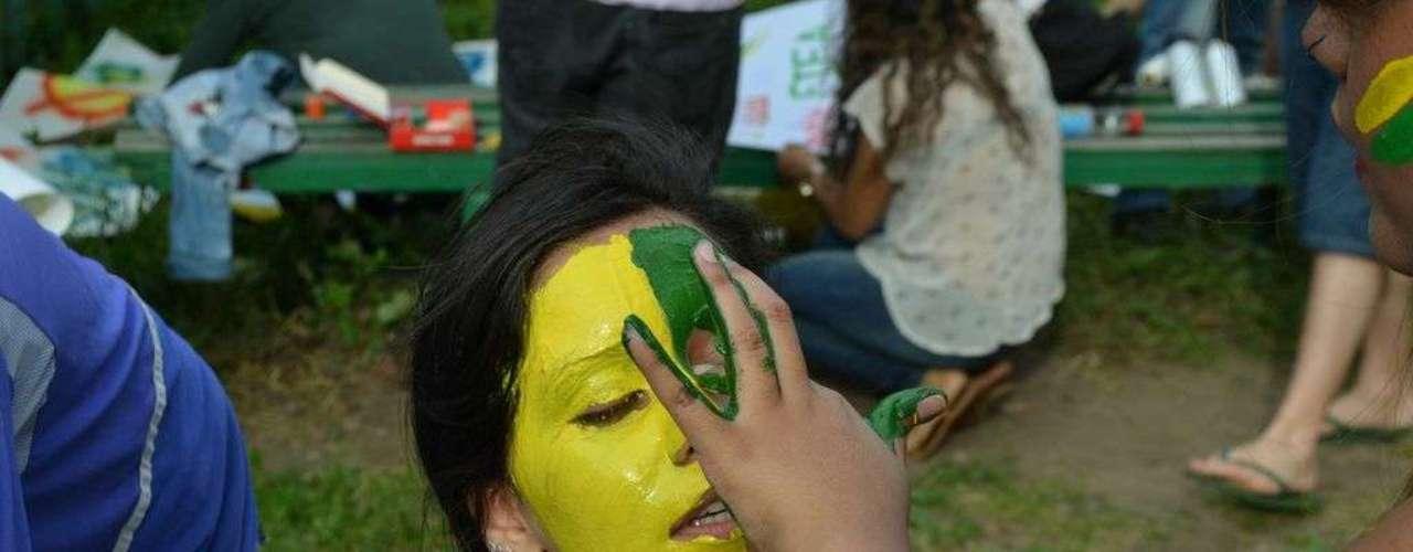 18 de junho - Participantes pintaram o rosto com tinta nas cores verde e amarelo