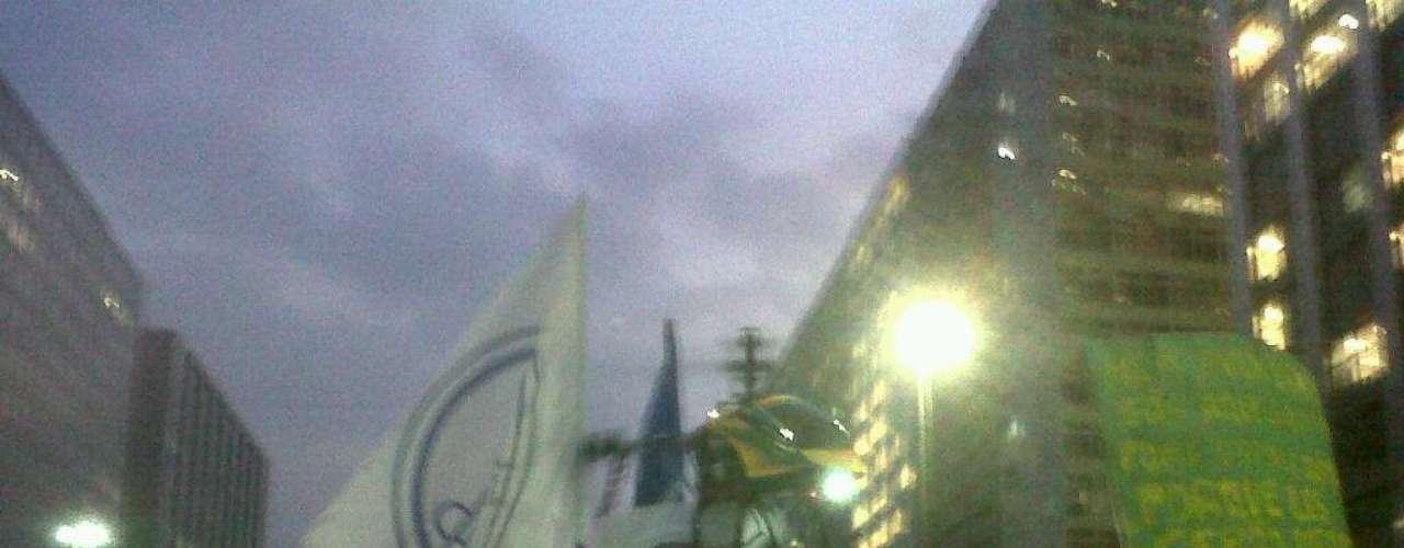 20 de junho O vendedor ambulante Gerson Oliveira, 37 anos, participa do protesto no Rio de Janeiro levando uma representação gigante da máscara de Guy Fawkes, popularizada pelo filme V de Vingança. 'Trabalho com aeromodelismo e resolvi fazer algo diferente ao juntar a máscara símbolo desses protestos, que representa toda a nossa indignação, com as cores do País que a gente tanto ama', disse ele