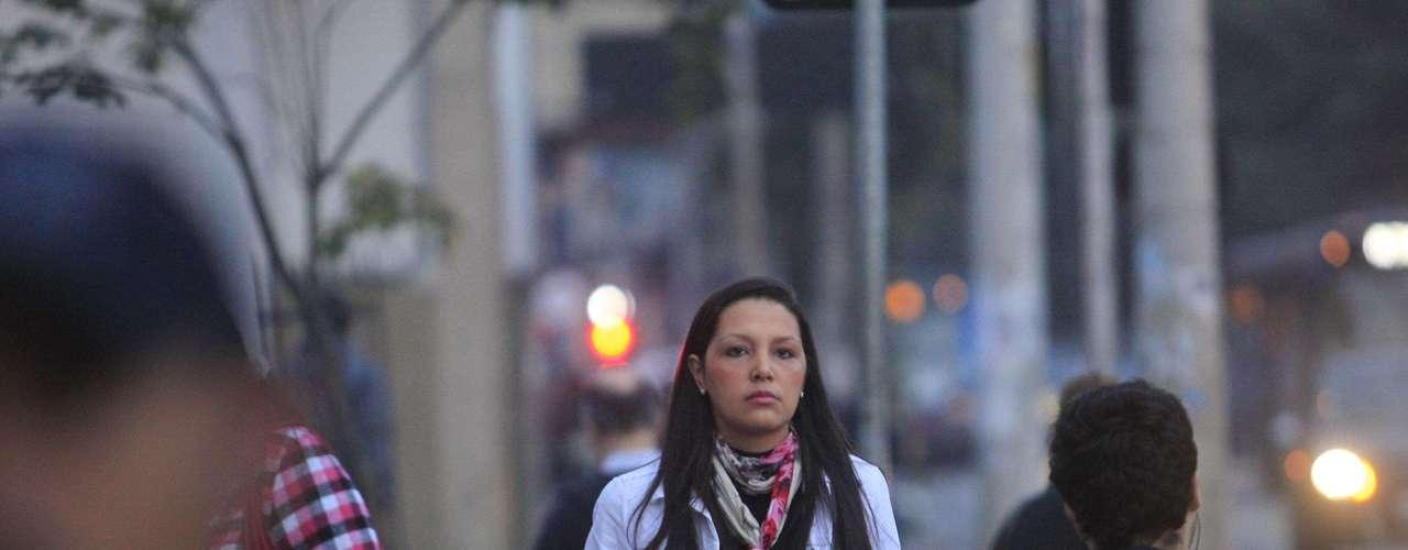 28 de junho - Pedestre enfrenta temperaturas baixas no primeiro dia do inverno na manhã desta sexta-feira na avenida Vital Brasil, em São Paulo, próximo à estação Butantã do Metrô