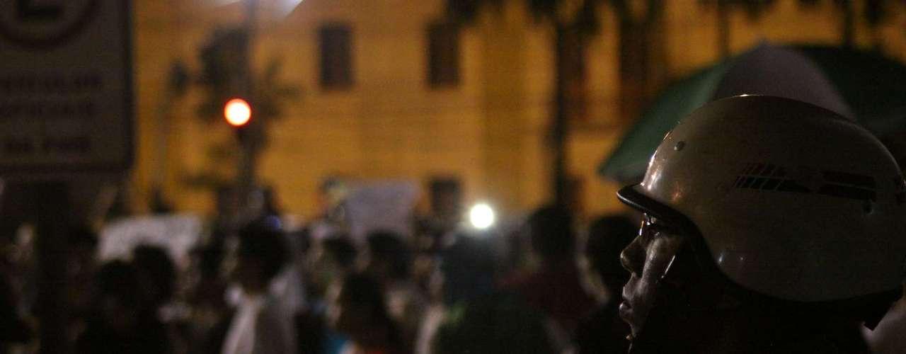 20 de junho Manifestantes protestam nas ruas de Belém (PA), onde houve confronto com a polícia. Ativistas tentaram invadir a prefeitura, e várias pessoas ficaram feridas. Quando o prefeito Zenaldo Coutinho receberia uma comissão do protesto, várias pessoas atiraram pedras em direção à prefeitura. A confusão fez o prefeito cancelar o encontro e ir embora