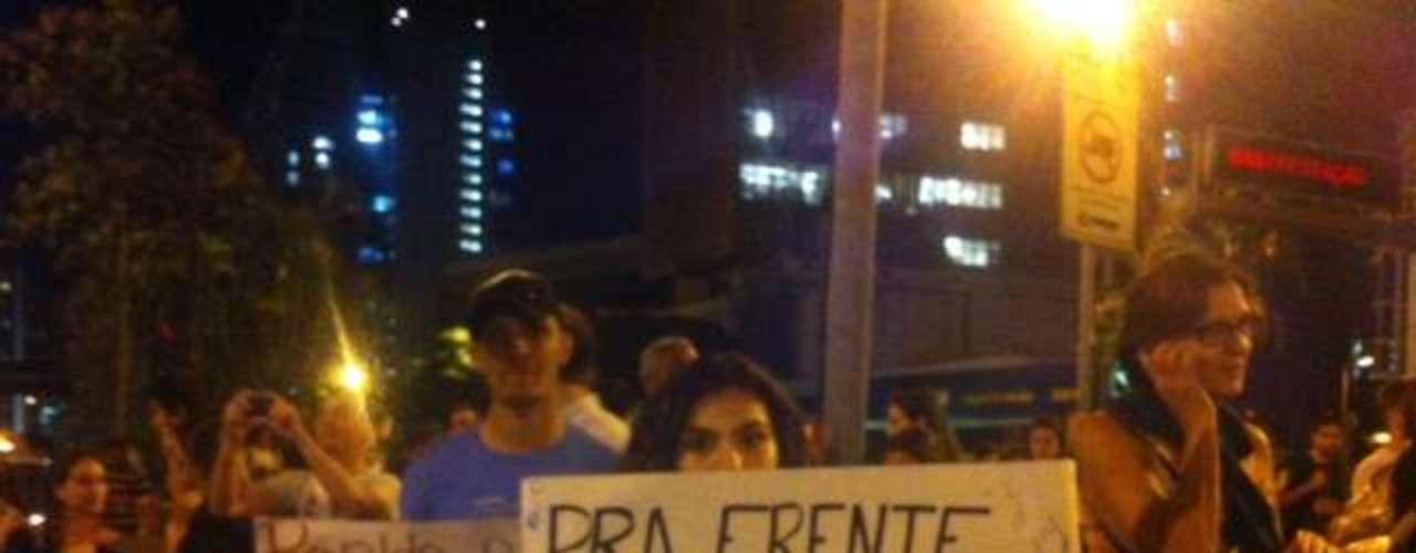 20 de junho Manifestantes fazem protesto em Belo Horizonte reclamando da corrupção, pedindo investimentos à saúde e à educação e demonstrando oposição à lei do Ato Médico