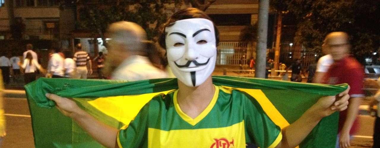 20 de junho Manifestantes protestam no Rio de Janeiro e reclamam dos gastos do governo federal com a Copa do Mundo