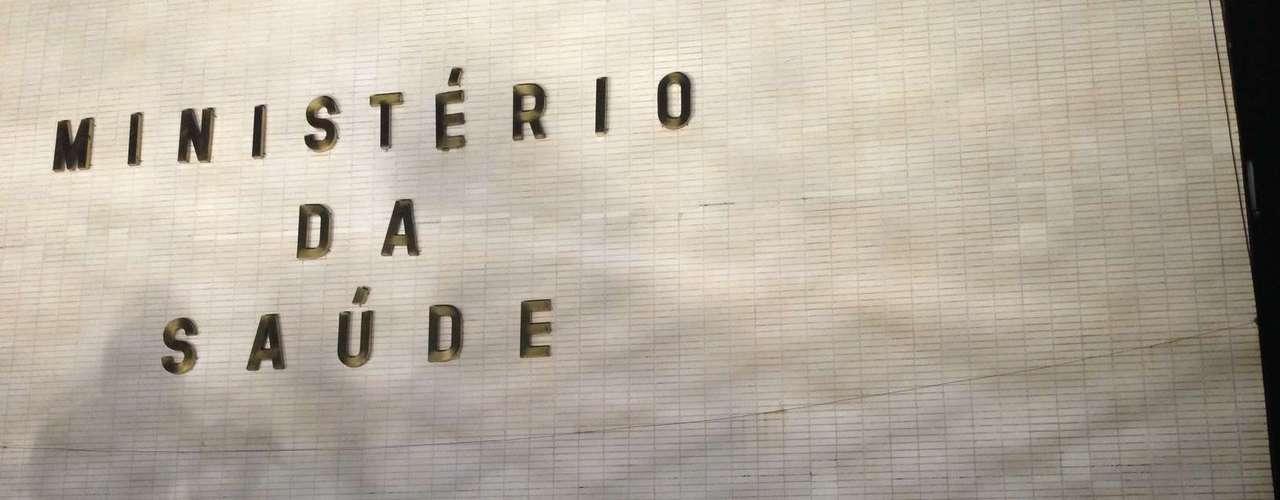 20 de junho Protesto em Brasília tem atos de vandalismo: a Catedral Metropolitana de Brasília foi alvo de pedras e teve seus vitrais quebrados - a construção havia ficado fechada por quatro anos para que os vitrais fossem restaurados. Grupos também provocaram incêndios e picharam prédios