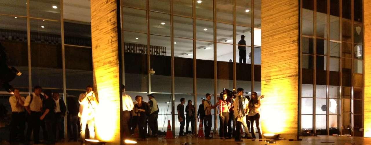 20 de junho Repórteres se abrigam durante o confronto entre PMs e manifestantes na capital federal