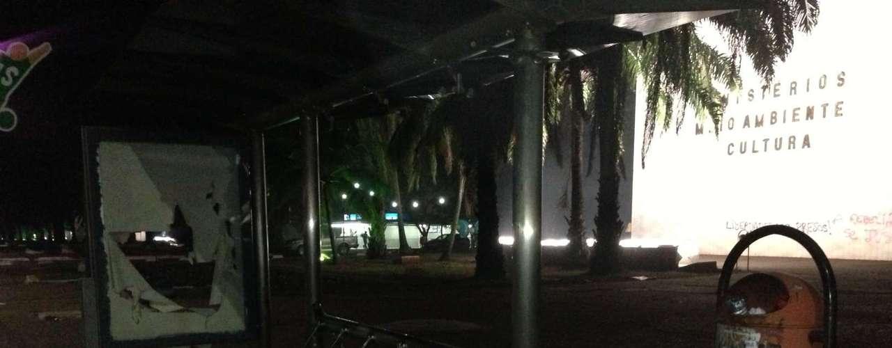20 de junho Em Brasília, parada de ônibus é depredada durante a açãode um grupo de vândalos
