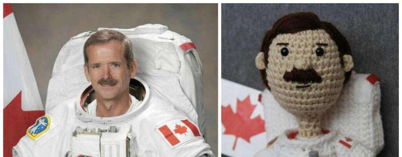 O astronauta canadenseChris Hadfield, que anunciou recentemente sua aposentadoria depois de ficarconhecido porrelatarexperiências no espaço em seu Twitter e registrar - e compartilhar - imagens dediversas partes do mundo virou, agora,um boneco. Nada que lembre BuzzLightyear (o personagem animado de Toy Story), porém: a versão deHadfield foi feita em crochê.-