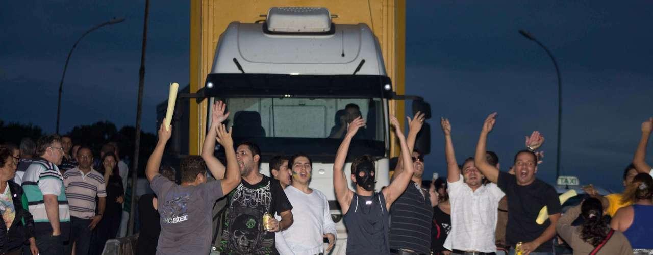 21 de junho - Manifestantes participam de protesto em rodovia de Guarulhos