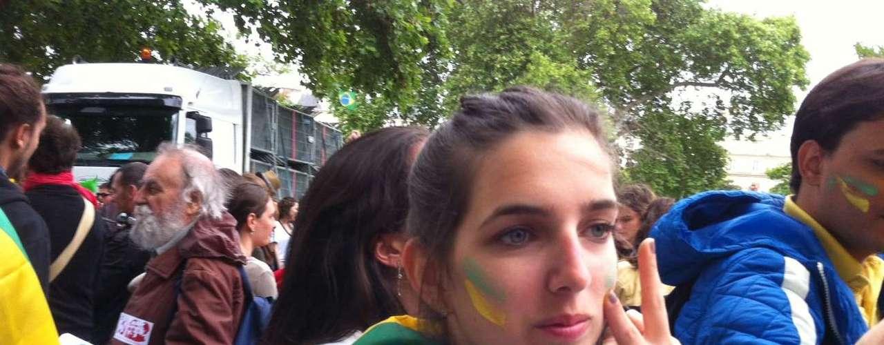 22 de junho Brasileiros que vivem em Paris fazem protesto em apoio às manifestações das últimas semanas. Cerca de 1 mil de pessoas se reuniram na praça da Nação, no leste da capital francesa. Algumas chegaram a discutir entre si por divergências políticas