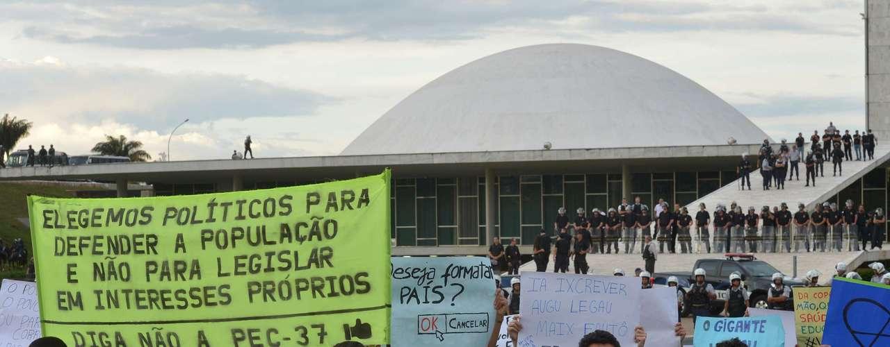 22 de junho Manifestantes protestam diante de um Congresso Nacional sem deputados e senadores - já que é sábado. O grupo pediu a renúncia do presidente do Senado, Renan Calheiros (PMDB-AL), e do deputado presidente da Comissão de Direitos Humanos da Câmara, pastor Marco Feliciano (PSC-SP)