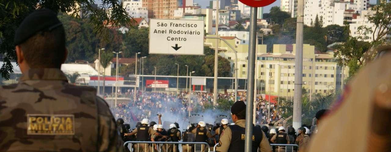 22 de junho -Na tentativa de furar o bloqueio, participantes do ato jogaram pedras, bombas caseiras e outros objetos. Apolícia começou a revidar depois de 15 minutos e lançoubombas de gás lacrimogêneo