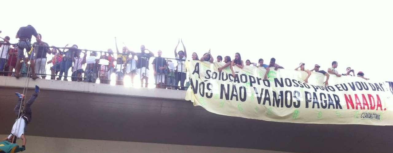 22 de junho -Durante o protesto, manifestantes praticaram rapel em um viaduto