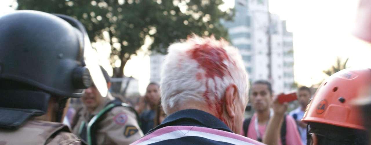 22 de junho -Pelo menos quatro policiais, cinco manifestantes, dois fotógrafos euma repórterficaram feridos