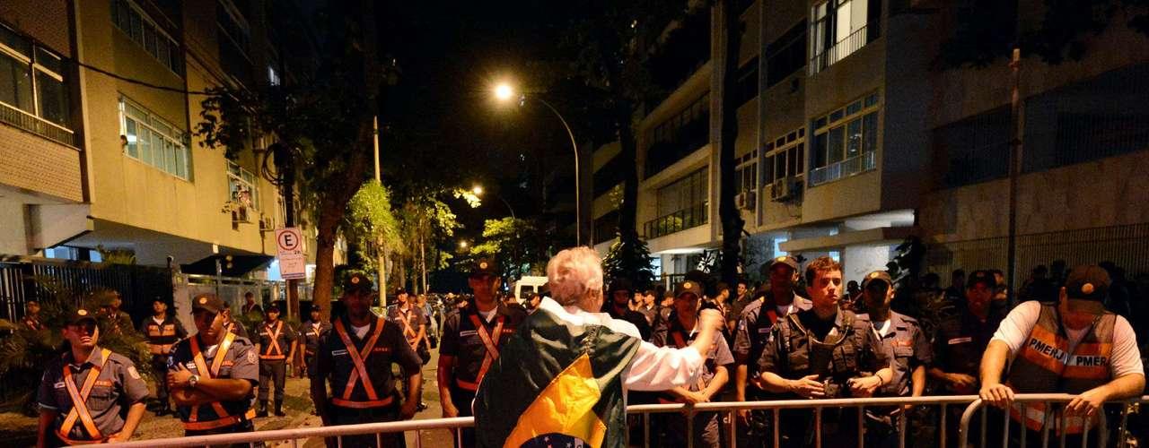 22 de Junho -Na onda das manifestações que se multiplicam pelo País, um grupo de aproximadamente 500 pessoas resolveu tirar a noite desta sexta-feira para bater à porta do governador do Rio de Janeiro, Sergio Cabral (PMDB). Cerca de 80 jovens se encontram em vigília na altura do Posto 12 do Leblon, fechando o trânsito nos dois sentidos da Avenida Delfim Moreira, metro quadrado mais caro da cidade