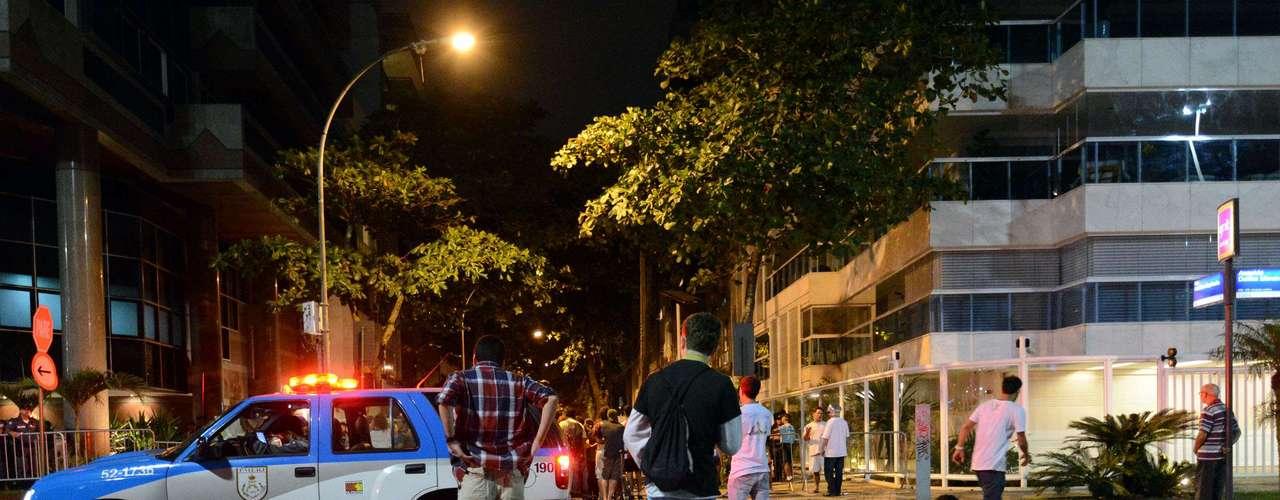 22 de Junho - Na onda das manifestações que se multiplicam pelo País, um grupo de aproximadamente 500 pessoas resolveu tirar a noite desta sexta-feira para bater à porta do governador do Rio de Janeiro, Sergio Cabral (PMDB). Cerca de 80 jovens se encontram em vigília na altura do Posto 12 do Leblon, fechando o trânsito nos dois sentidos da Avenida Delfim Moreira, metro quadrado mais caro da cidade