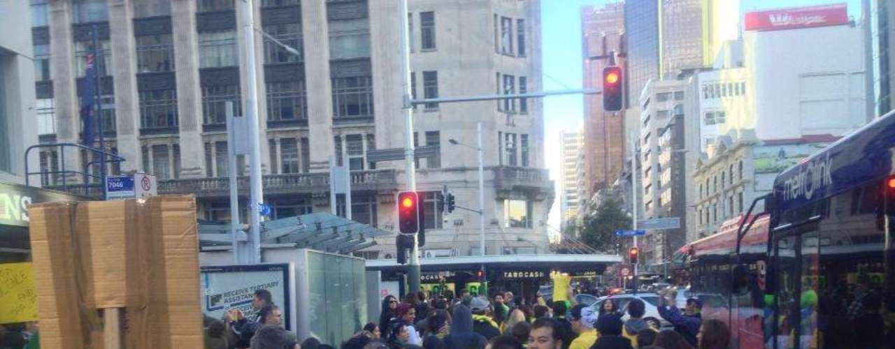 22 de junho - Participantes levaram bandeiras brasileiras às ruas de Auckland