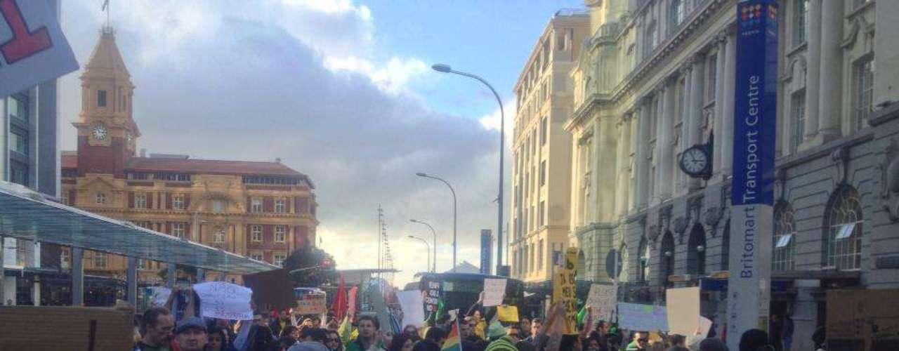 22 de junho - Protesto de apoio ao movimento brasileiro aconteceu em Auckland neste sábado