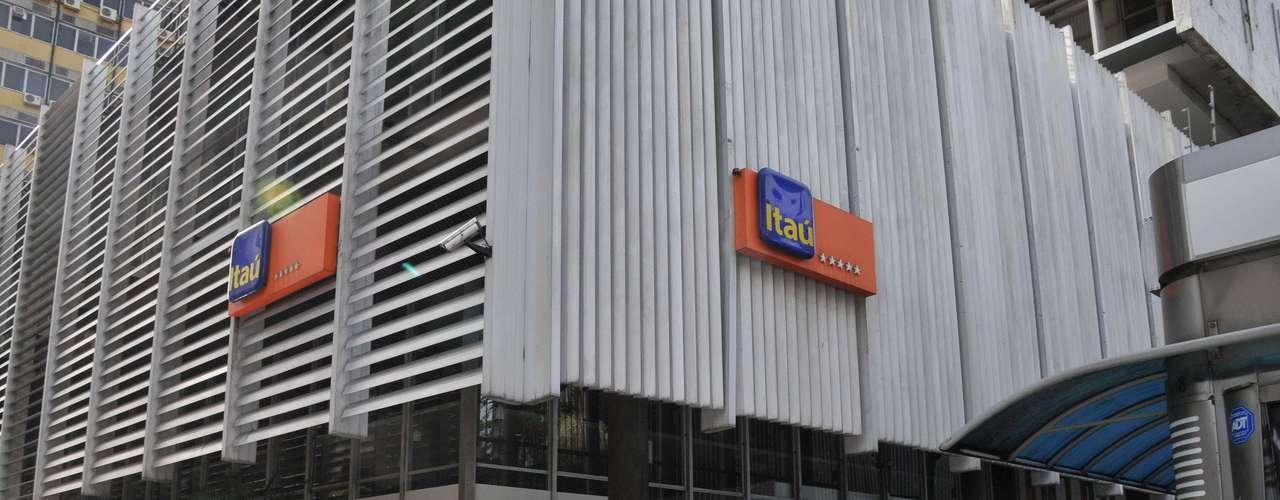 22 de junho - Por receio de vandalismo, banco Itaú da avenida Paulista tem vidraças cobertas por tapumes de madeira em São Paulo