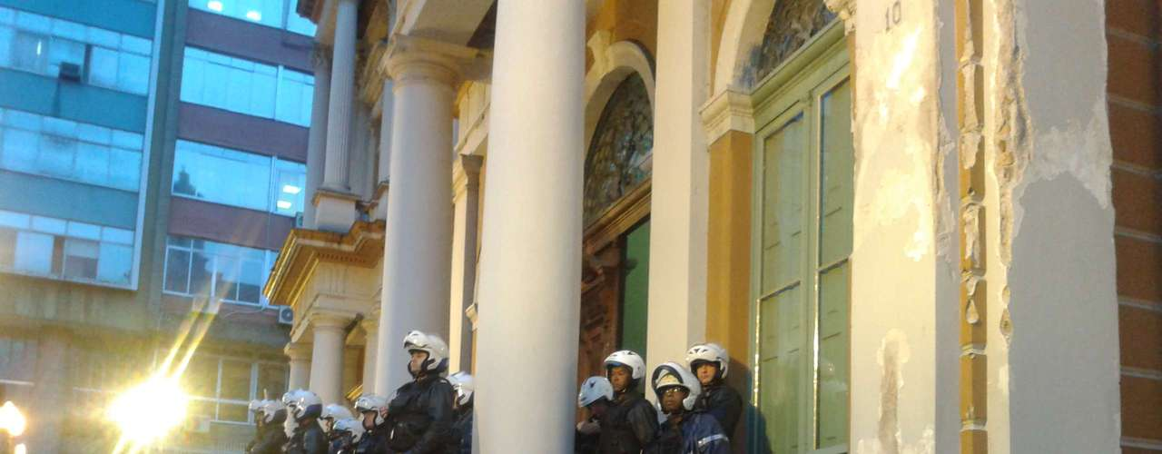 24 de junho -Policiais protegem prédio da prefeitura nesta segunda-feira, mais um dia de protestos na capital gaúcha