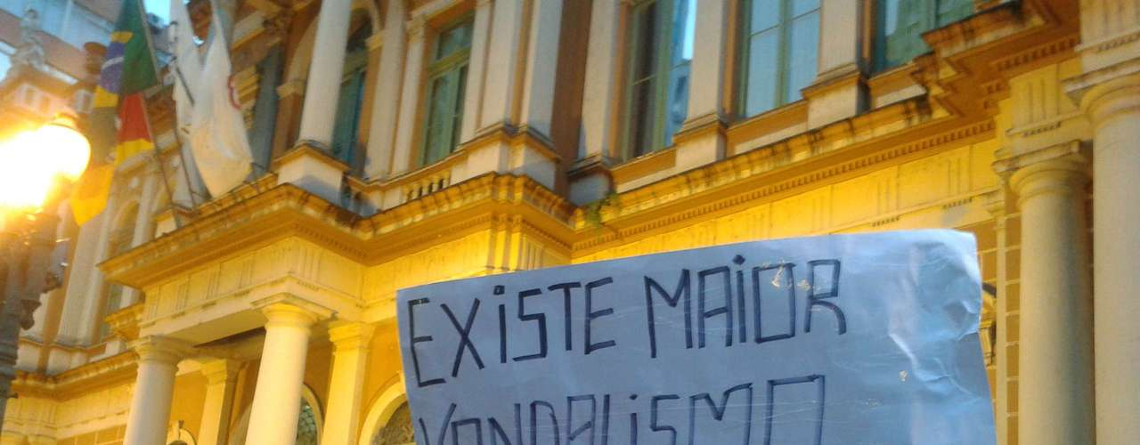 24 de junho - Manifestante protesta contra o serviço público de saúde no País