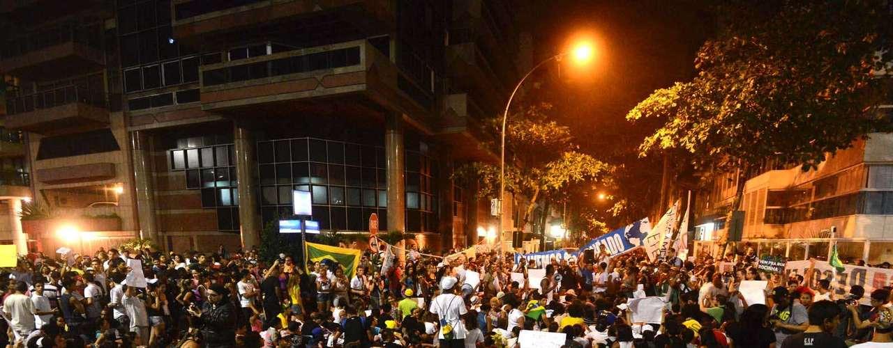 25 de junho - Moradores da Rocinha e do Vidigal se reúnem em frente ao prédio onde mora o governador do Rio, Sérgio Cabral