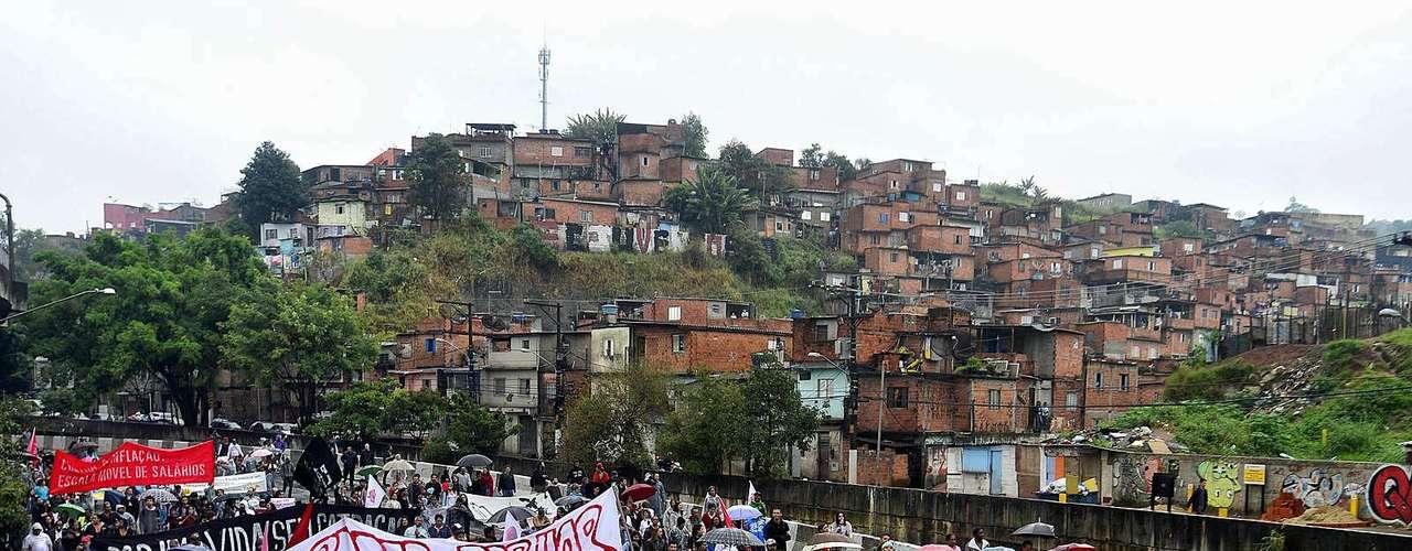 25 de junho Manifestantes protestam em periferia da zona sul na manhã desta terça-feira em São Paulo