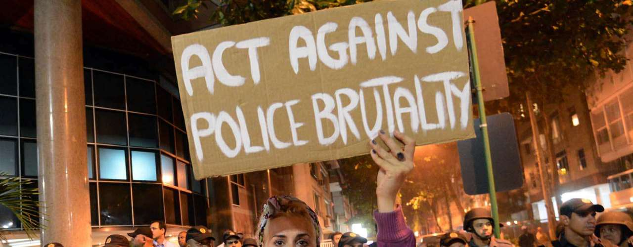 25 de junho - Protesto em frente ao apartamento de Cabral criticou a violência policial