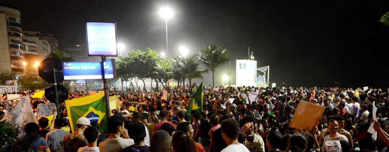 25 de junho - Multidão tomou conta de ruas do entorno do apartamento de Sérgio Cabral, no Leblon, zona sul do Rio