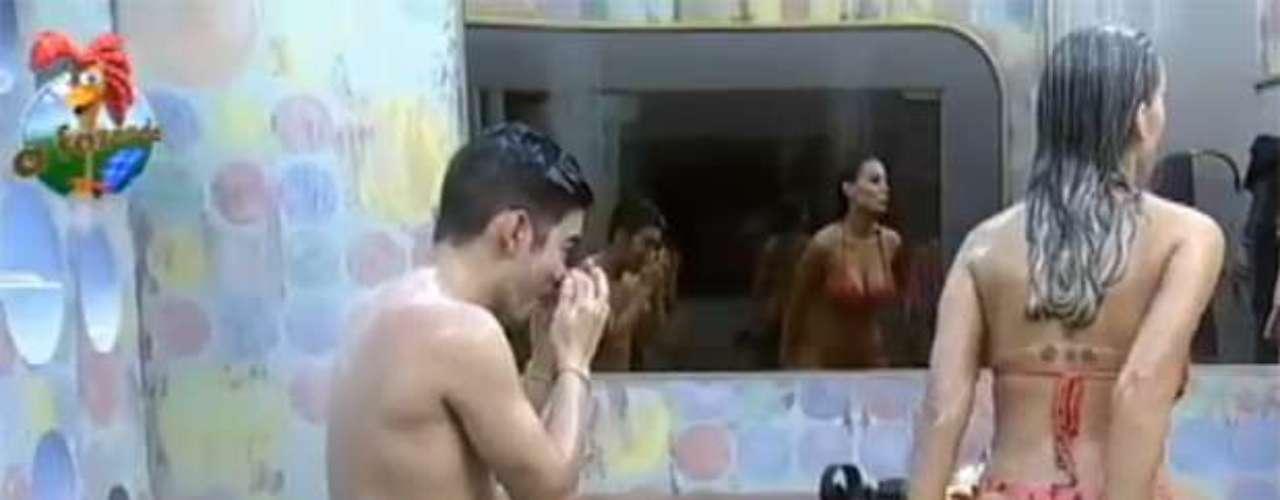 Andressa Urach continua chamando atenção da ala masculina do reality show 'A Fazenda 6'. No fim da tarde desta segunda-feira (24), a loira tomou um banho ao lado do apresentador Yudi e não economizou nos momentos sensuais, rebolando e mostrando sua tatuagem no cóccix