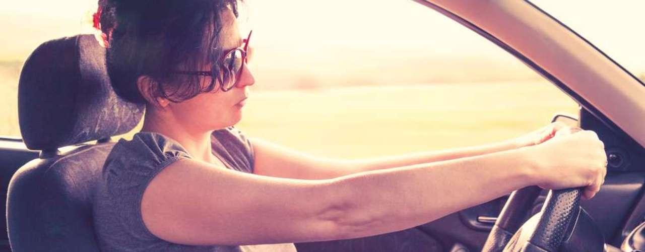 Quando o carro está em movimento, se a embreagem estiver pressionada, ela sofre desgastes sérios