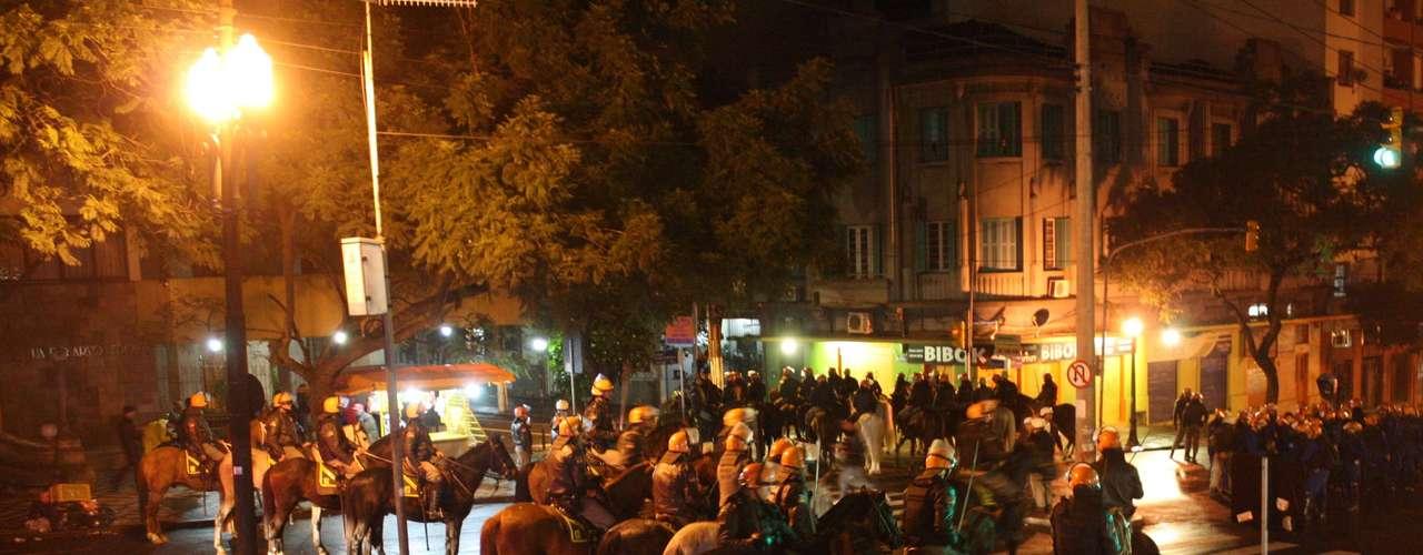 24de junho - Policiais deslocam-se durante novos confrontos em Porto Alegre