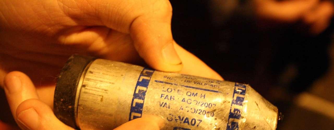 24de junho - Bomba de gás lacrimogêneo usada durante a ação da polícia em Porto Alegre; a bomba estava vencida