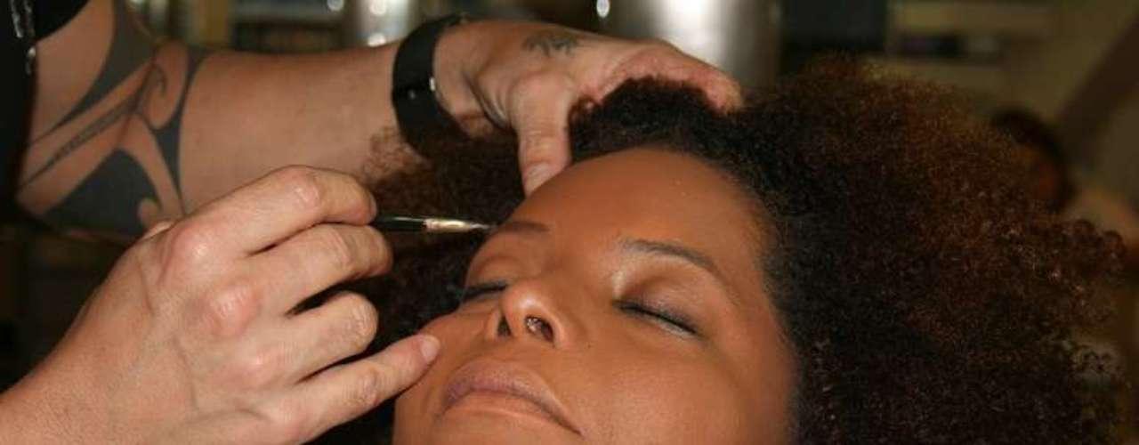 O terceiro passo é para realçar a área dos olhos. Basta destacar as sobrancelhas com lápis