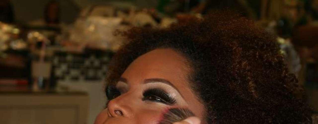 O blush violeta complementa o look