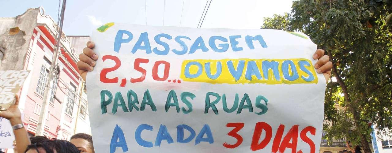 30 de junho -  Protesto do Movimento Passe Livre na região do Campo Grande, onde policiais militares fazem bloqueio nos acessos do estádio Arena Fonte Nova, em Salvador (BA)