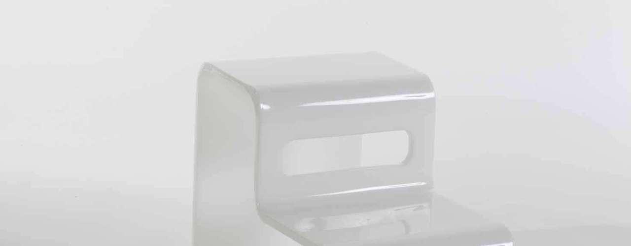 O acrílico tambémpode ser boa opção para combinar com ambientes bem coloridos. Esta escada decorativa custa R$ 960, na Estar Móveis, em São Bernardo do Campo, SP. Informações: 4125-7743