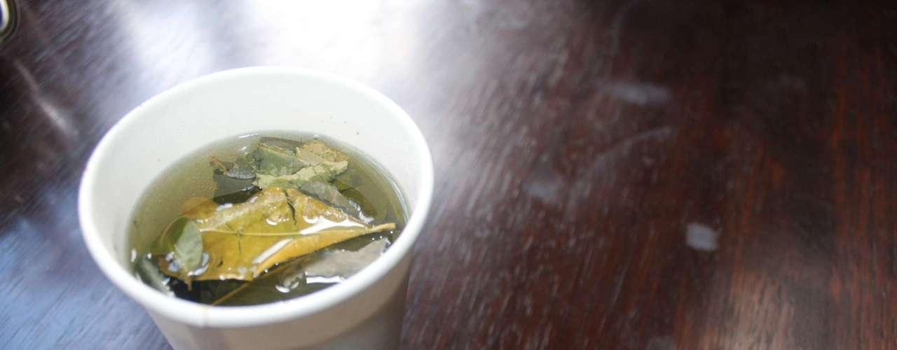 Chá de coca Além, do interesse gastronômico o consumo de chá de folhas de coca é recomendado para ajudar a combater os efeitos da altitude em lugares como Cusco e Machu Picchu localizados muito acima do nível do mar. A bebida pode ser feita com as folhas, mas também é possível encontrar o chá em saquinho