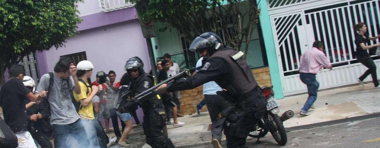 2 de julho - Manifestantes entram em confronto com a Guarda Municipal durante protesto em Belém (PA), nesta terça-feira