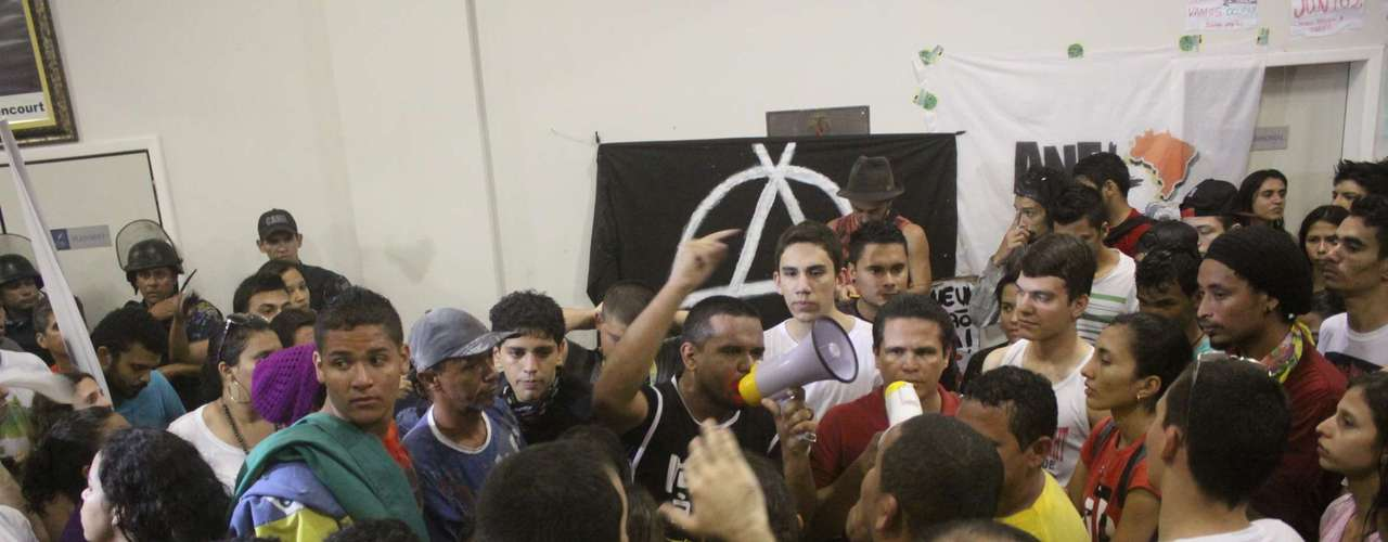 1º de julho - Manifestantes ocupam a Câmara Municipal de Belém (PA) desde o fim da tarde desta segunda-feira para pressionar pela diminuição no preço da passagem de ônibus