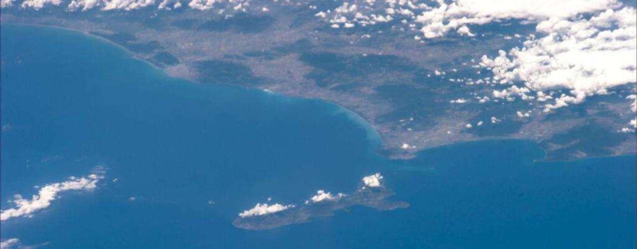 O astronauta italiano Luca Parmitano aproveitou o 3 de julho a bordo da Estação Espacial Internacional (ISS) para matar um pouco da saudade de casa. Na foto, ele destaca a ilha de Elba