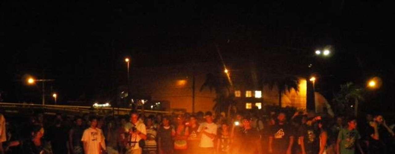2 de julho - No ponto final do protesto em Aracaju (SE), alguns manifestantes colocaram fogo em uma catraca e soltaram fogos de artifícios